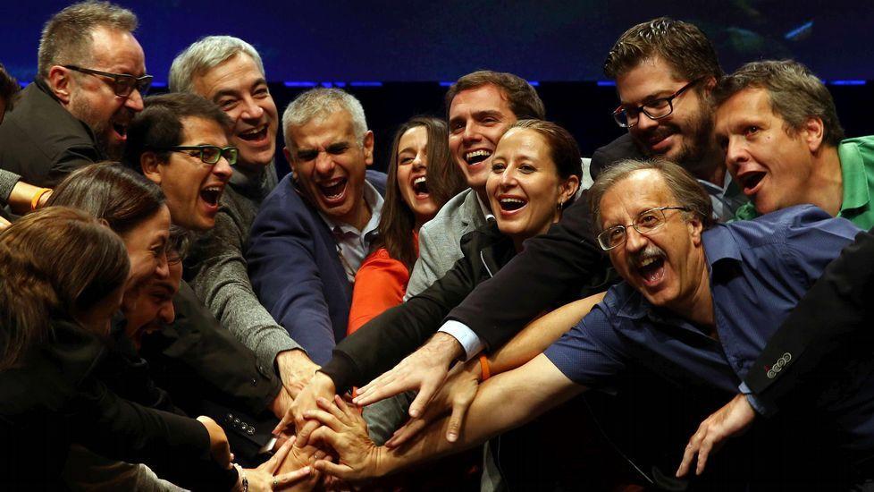 Arrimadas y Rivera, en el centro, junto a otros dirigentes de la lista, en el acto de cierre de campaña.