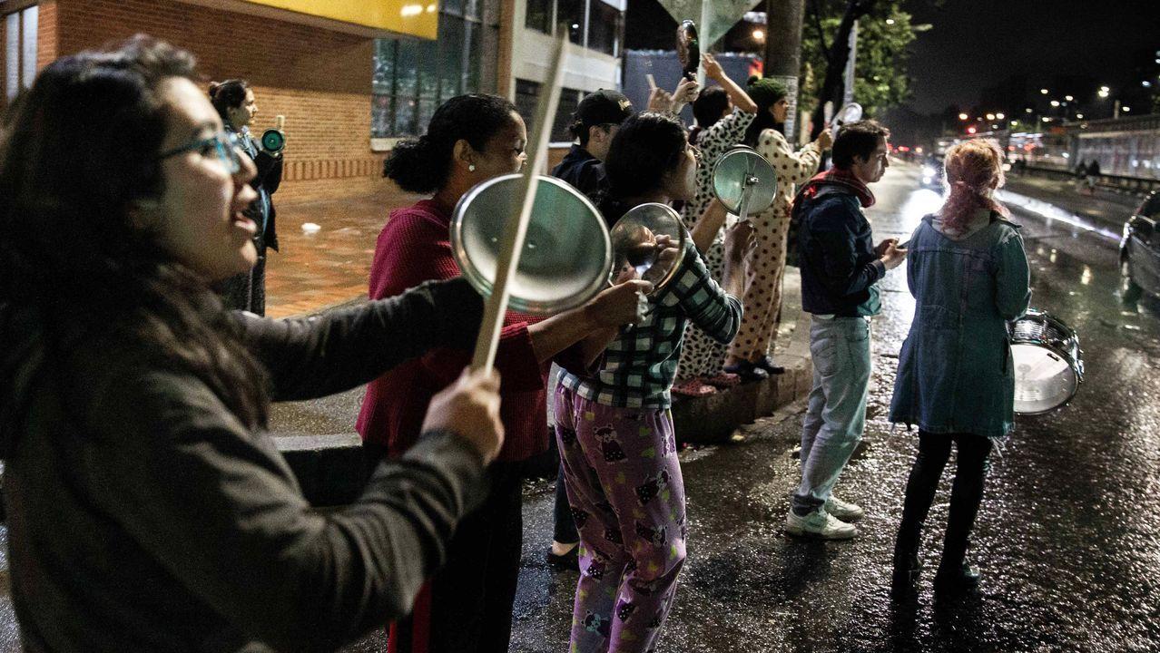 Varias personas participan en una cacerolada nocturna  en Bogotá