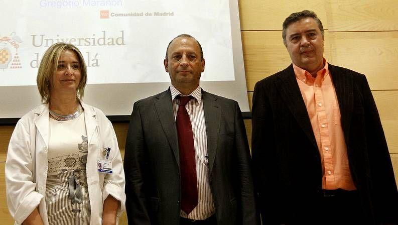 MªAngeles Muñoz Fernández, del Laboratorio de Inmunobiología Molecular del hospital Gregorio Marañón; Ricardo Herranz, director gerente del Gregorio Marañón y Javier de la Mata, del Departamento de Química Orgánica de la Universidad de Alcalá de Henares.