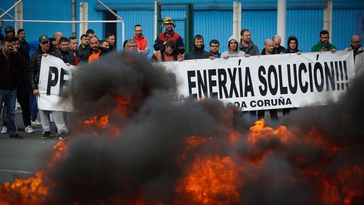 Quema de neumáticos en Alcoa.PROTESSTAS DE LOS TRABAJADORES DE ALCOA POR EL CIERRE DE LA FÁBRICA
