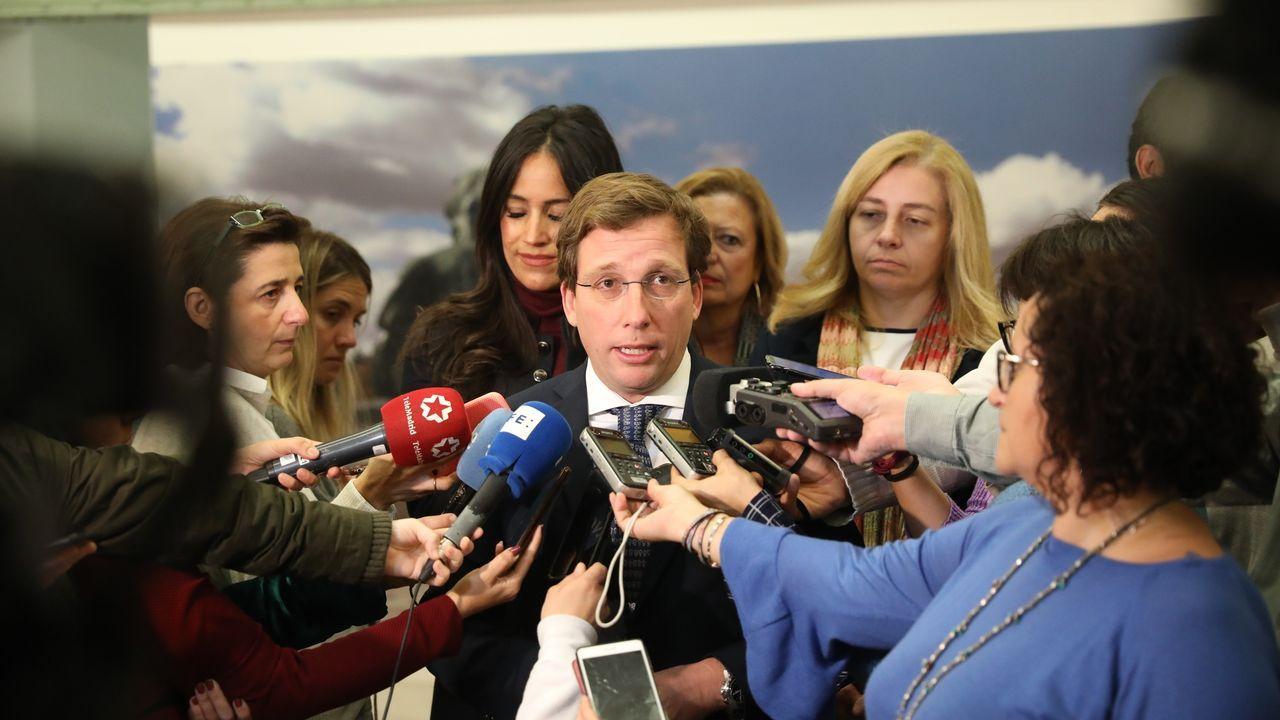 Sánchez posa en vaqueros y zapatillas con todos sus ministros.Presentación de las jornadas del Desarme en Madrid a la que acudió la mujer, los dos hijos y la nuera de Canteli