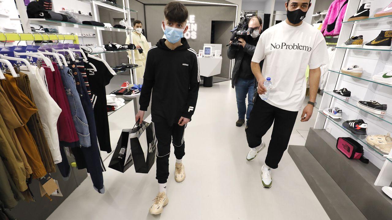 Xoan, el niño de 13 años al que unos atracadores le robaron las zapatillas recoge unas nuevas que le regalan en una tienda de Vigo