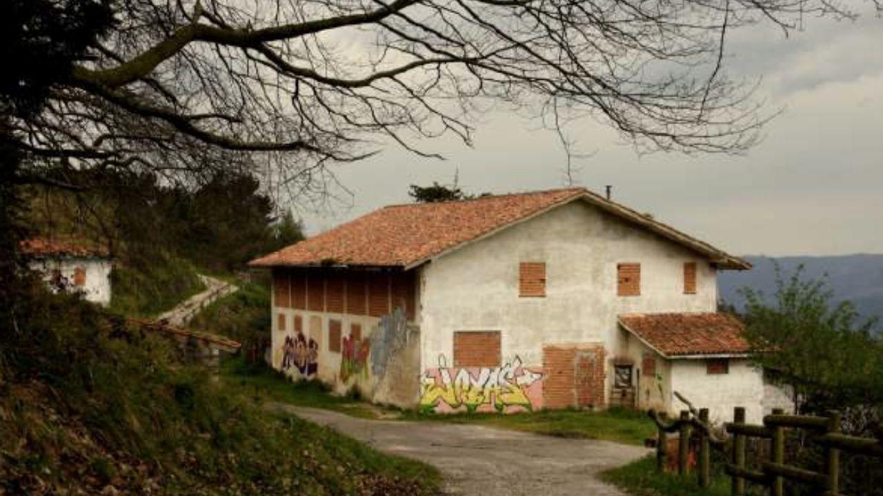 Instalaciones de la finca de El Pevidal, en el monte Naranco