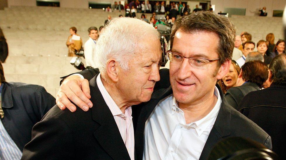 Las imágnes del acto de entrega de las Medallas de Ouro de Galicia.Feijoo con su padre durante un acto en el 2009