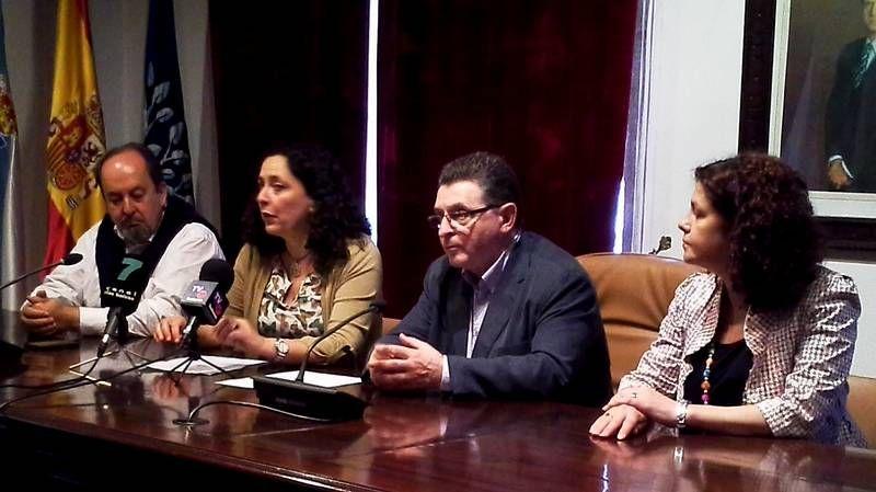Nueva concentración en el colegio de O Pino.La nueva conselleira de Medio Ambiente e Infraestruturas, Ethel Vázquez, inauguró la instalación.