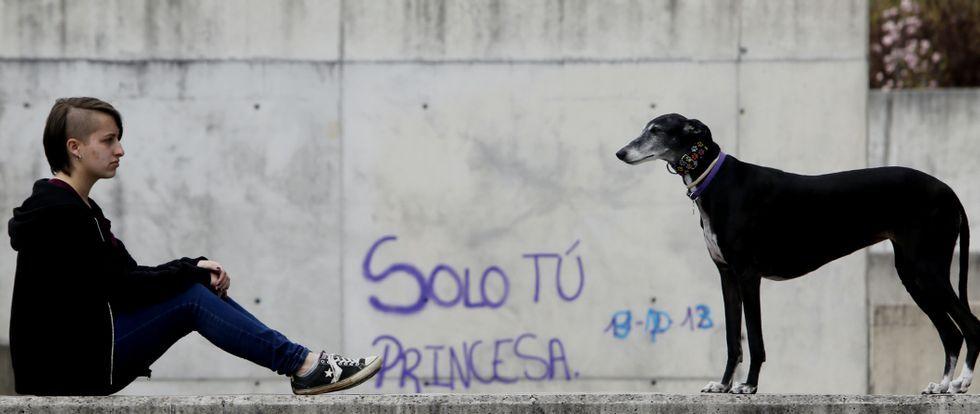 Antía Álvarez suele salir a pasear con su perra por el barrio de Navia, en el que reside. Aunque los galgos necesitan correr, al suyo le gusta más dormir.