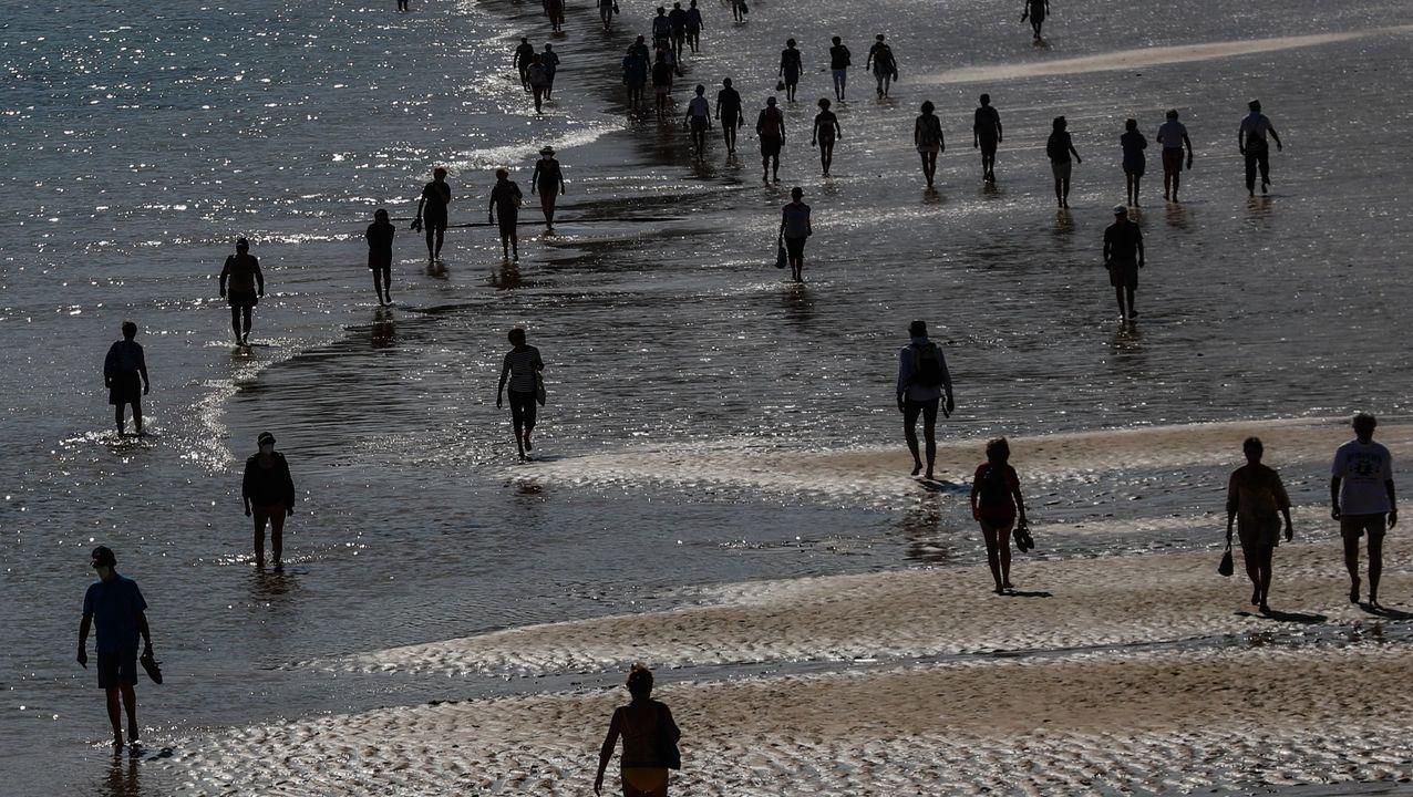 Comparecencia de Salvador Illa y María Jesús Montero.Gente caminando por la playa de Ondarreta de San Sebastián el pasado miércoles, 6 de mayo