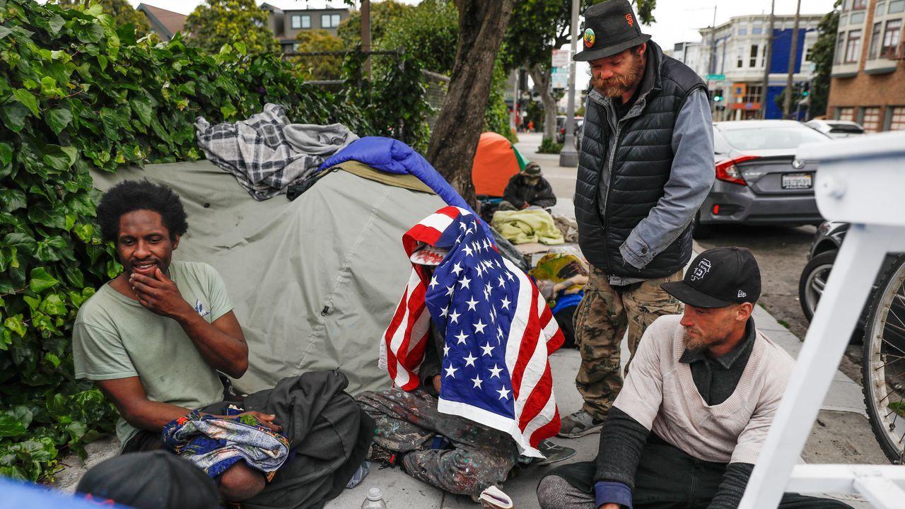 Donald Trump propone inyectar desinfectante y luz solar a pacientes con coronavirus.Unas personas sin hogar, en un campamento en la calle  Oak de San Francisco, en California