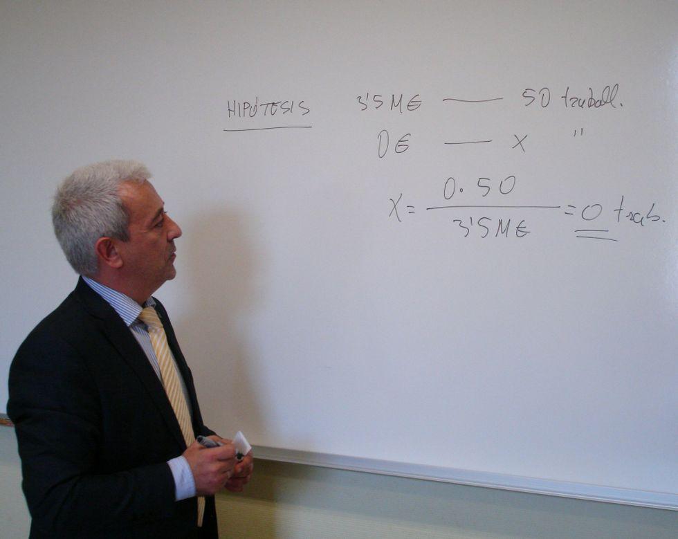Álvarez usó en ocasiones técnicas docentes para replicar a la oposición.