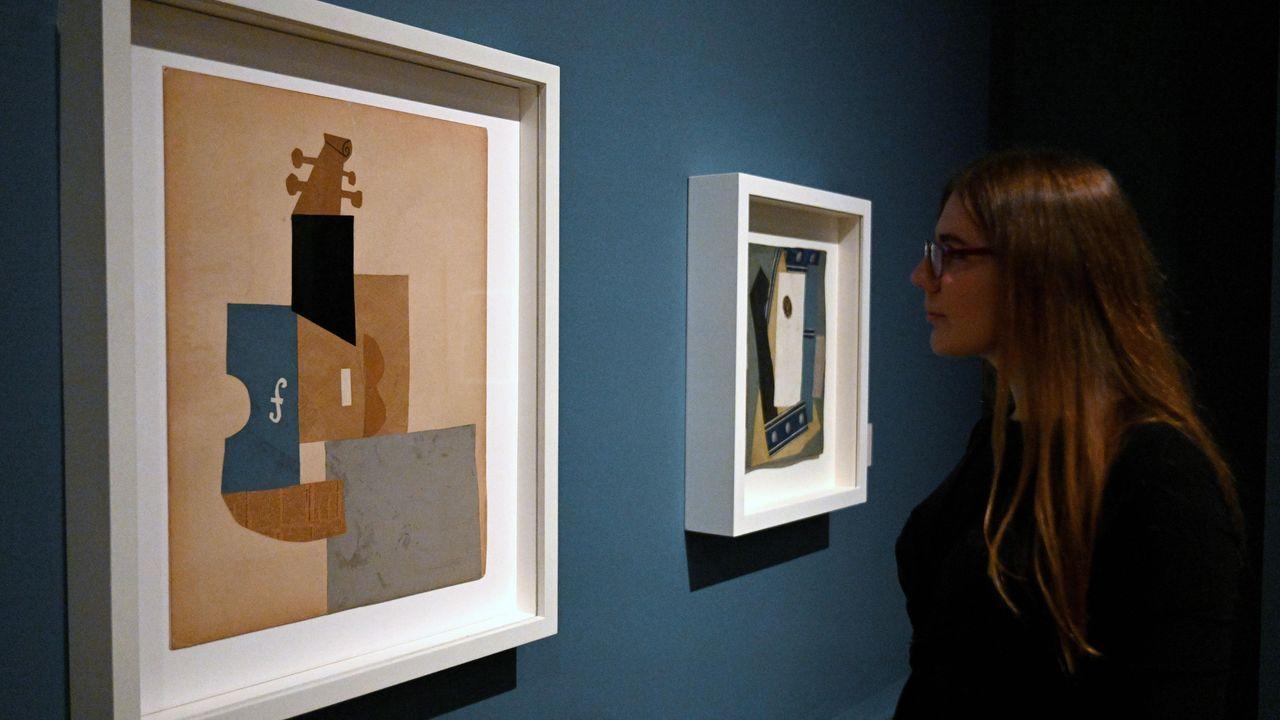 Una visitante, ante el cuadro «Violín», integrado en la muestra «Picasso and Paper»