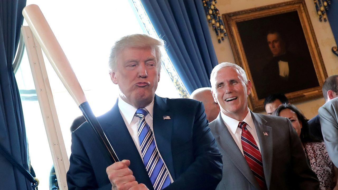 Trump sostiene un bate de béisbol mientras asisten a un acto para promover productos «made in America» en la Casa Blanca en julio del 2017