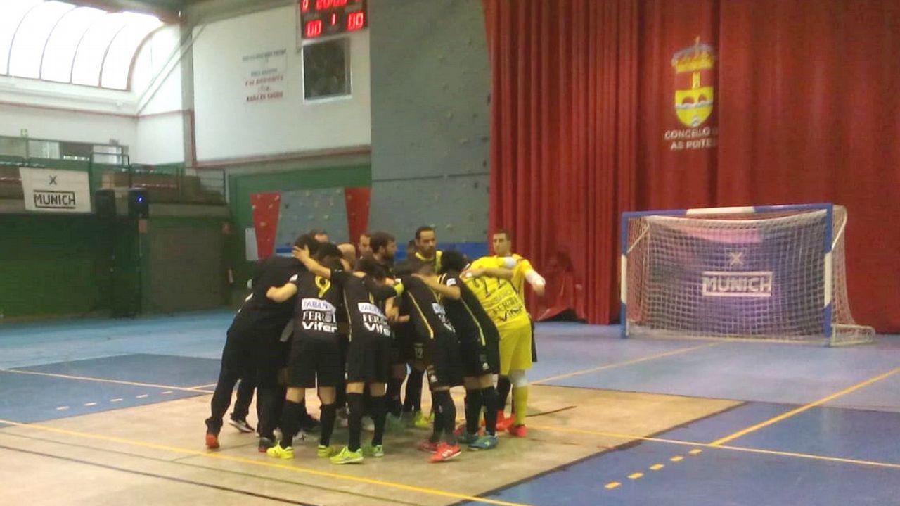 O Parrulo, campeón de la Copa Galicia.Sofía Pérez, en medio de la fila inferior con el dorsal 11, en una imagen con el Cidade de Pontevedra de fútbol sala