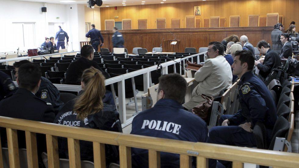 En Grecia siguen diciendo «no».Una pensionista forcejea para entrar a una sucursal bancaria en la isla de Creta.