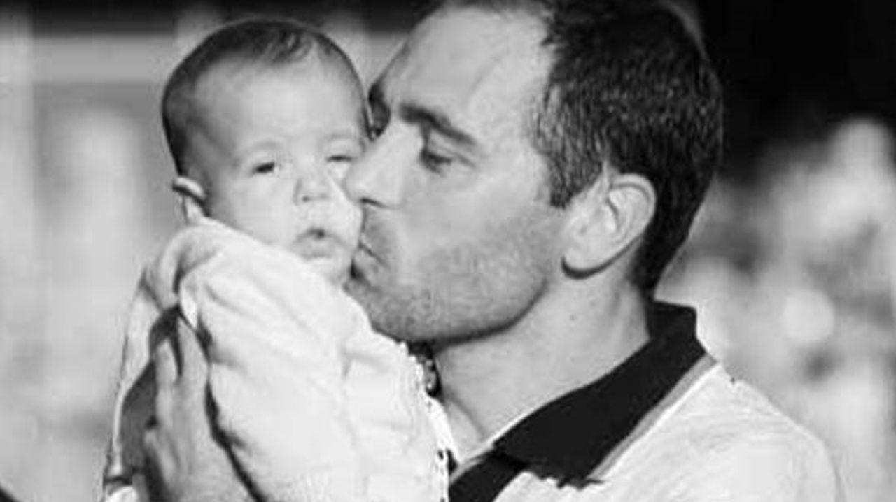 Mikel Merino, en brazos de su padre antes de un partido del Celta en Balaídos