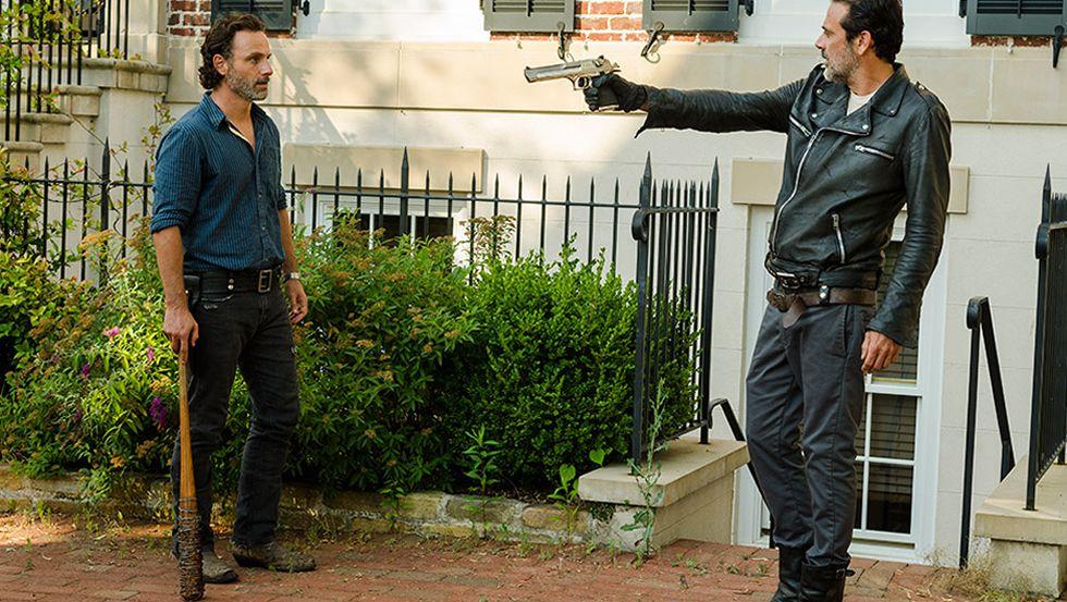 El avance del octavo capítulo de «The Walking Dead».Las prendas maxi con tonos otoñales dominan los campos zombis