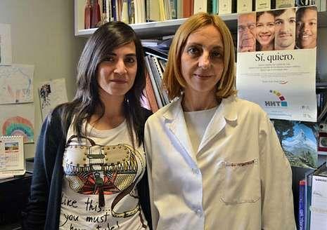Botella, a la derecha, con una investigadora de su equipo en HHT.