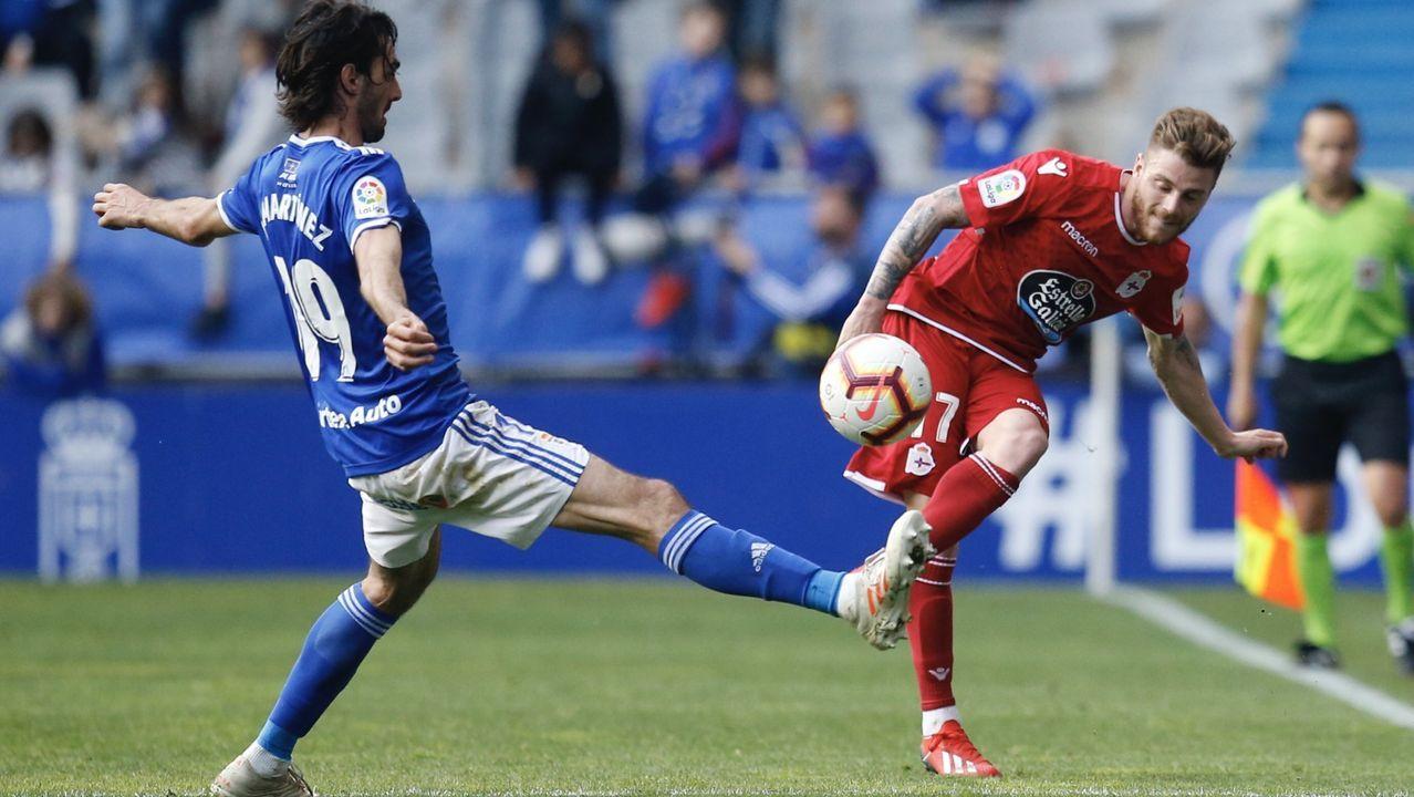 Hector Nespral Mikel Merino Real Oviedo Osasuna Carlos Tartiere Horizontal.Joselu se tira a por un balón en el entrenamiento