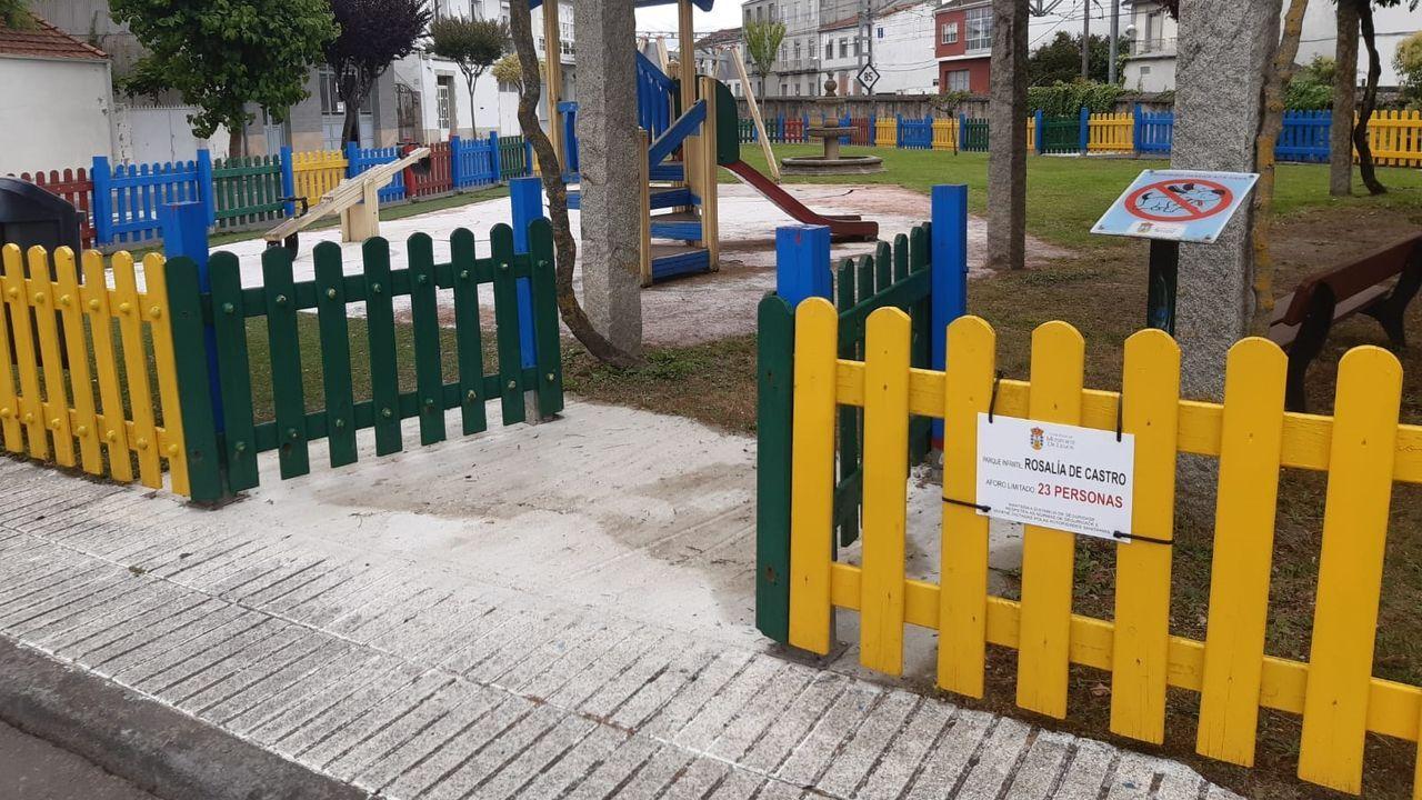 Un letrero en el parque de la calle Rosalía de Castro señala que su aforo es de veintitrés personas