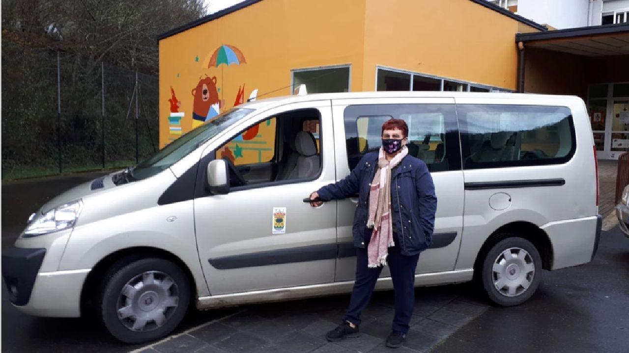 Las fotos de la concentración de O Courel en defensa del transporte escolar.Uno de los taxis que se encargan del servicio de transporte escolar ante el colegio Poeta Uxío Novoneyra, en Seoane do Courel