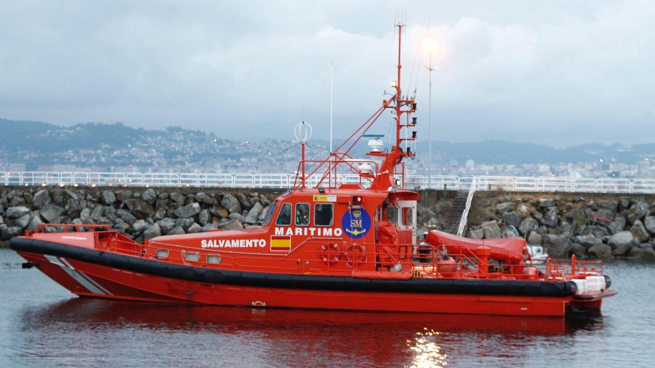 El operativo del megabuque Adelaide, fabricado en Ferrol, contra las llamas en Australia.Elena Espinosa (centro), este martes en una inauguración.