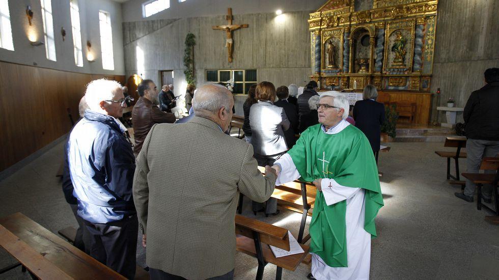 La última misa del domingo la oficia en Oural, ante una congregación de unas sesenta personas. Es la misa central de su territorio.
