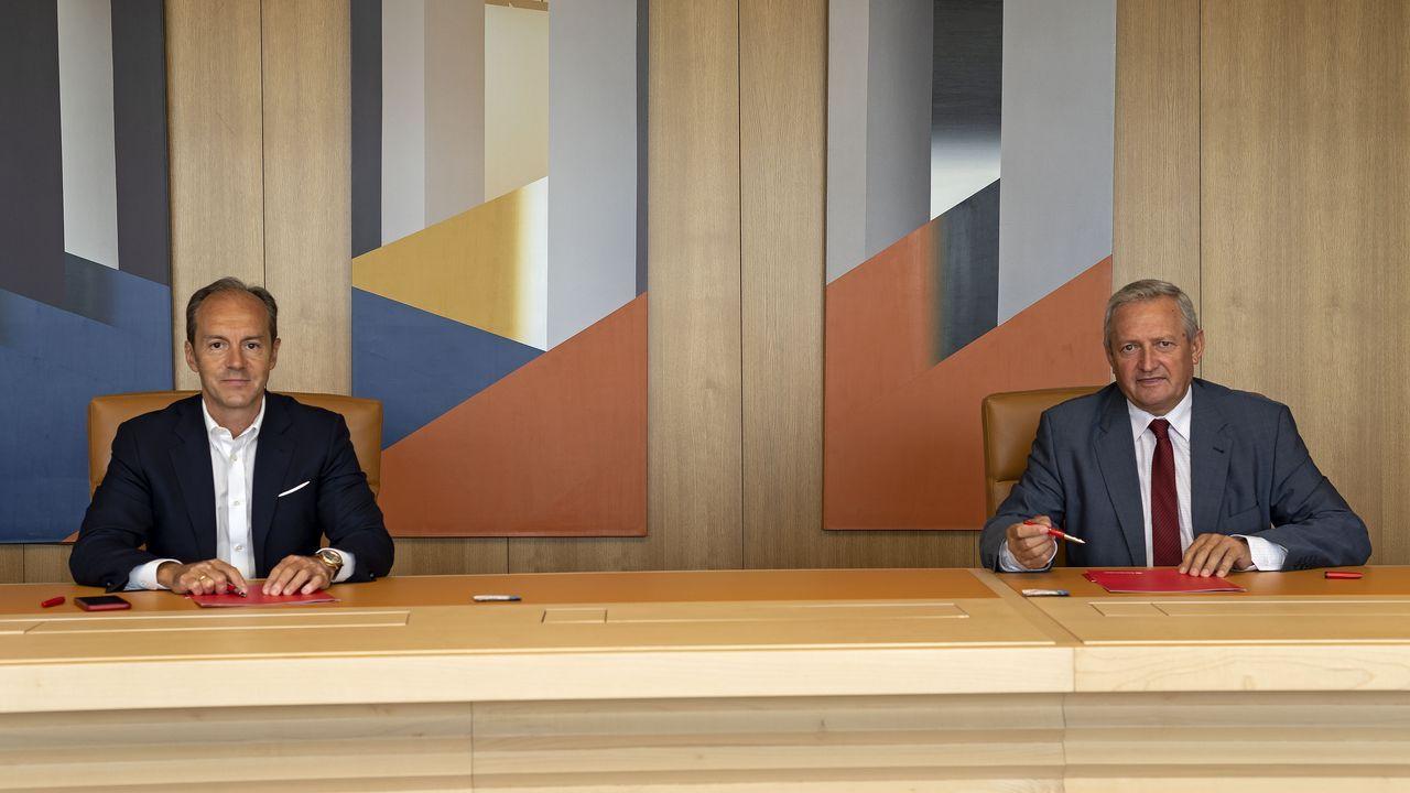 El presidente de Bankia y el consejero delegadode CaixaBank presentan el acuerdo de fusión.Imagen del mes de mayo en una oficina bancaria de Carballo