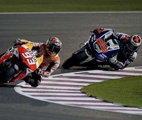 Márquez rueda por delante de Lorenzo en los entrenamientos de ayer en Losail.
