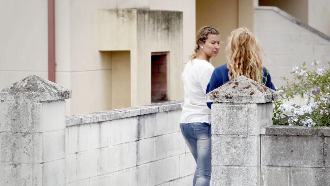 Diana López-Pinel y Valeria Quer el 24 de agosto del 2016 frente a su domicilio en A Pobra