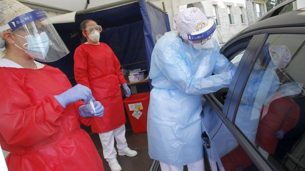 Realización de pruebas PCR en las carpas habilitadas en el hospital Novoa Santos