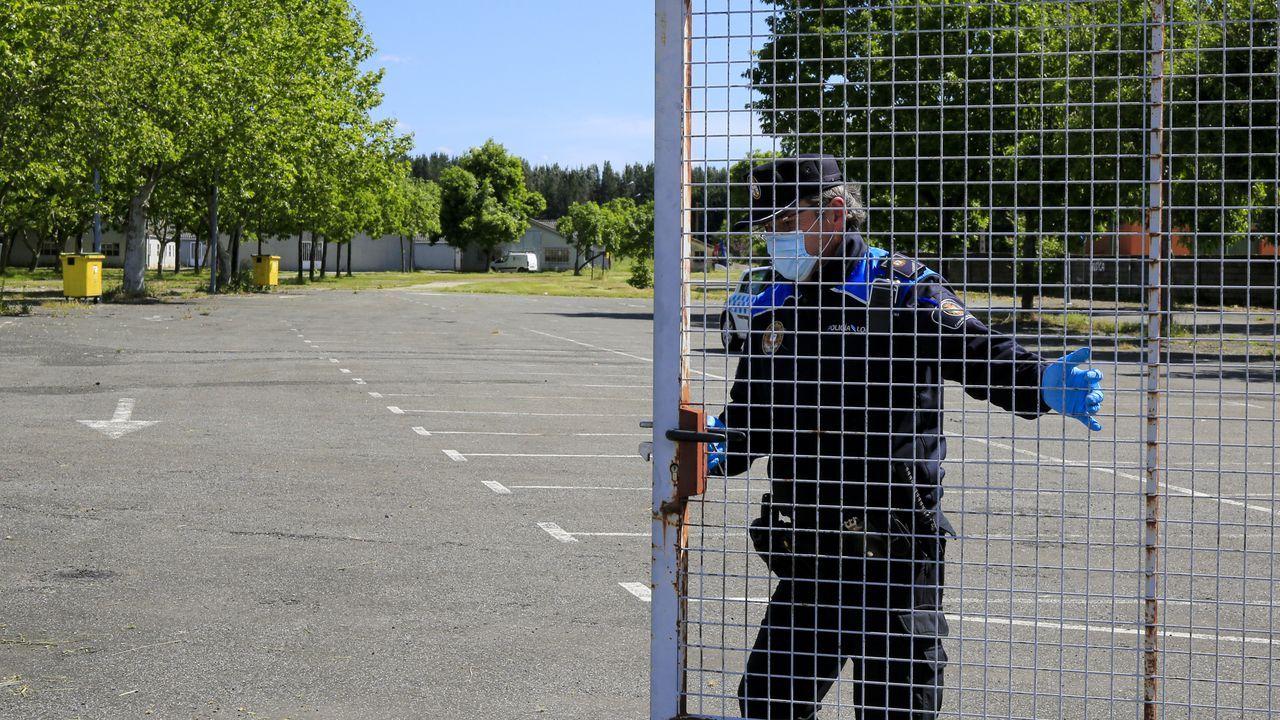 Un policía local cerraba el miércoles la verja del recinto del mercado de Monforte