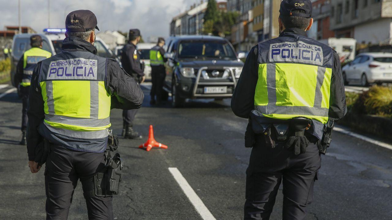Una fuerte granizada provoca numerosos problemas de tráfico en Santiago.Un control para vigilar el cumplimiento del cierre perimetral en la calle Cruceiro da Coruña de Santiago