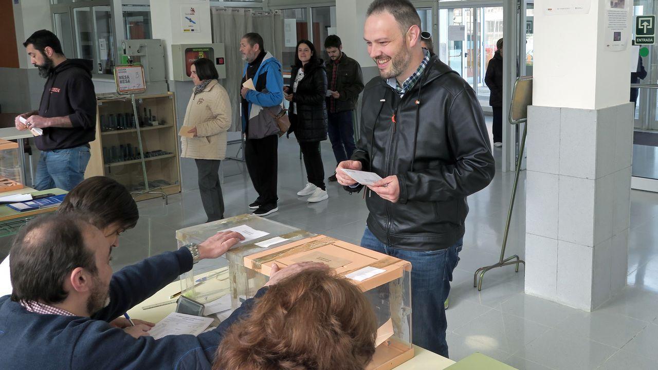 El candidato de Ciudadanos, José Manuel Blanco, votando en As Mercedes