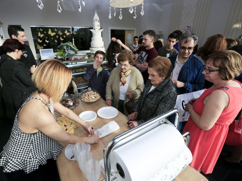 <span lang= es-es >La Pastelería Maceda, en Lugo</span>. Se inauguró ayer en la Horta do Seminario de Lugo esta famosa empresa de O Corgo, muy seguida por algunos de sus pasteles.
