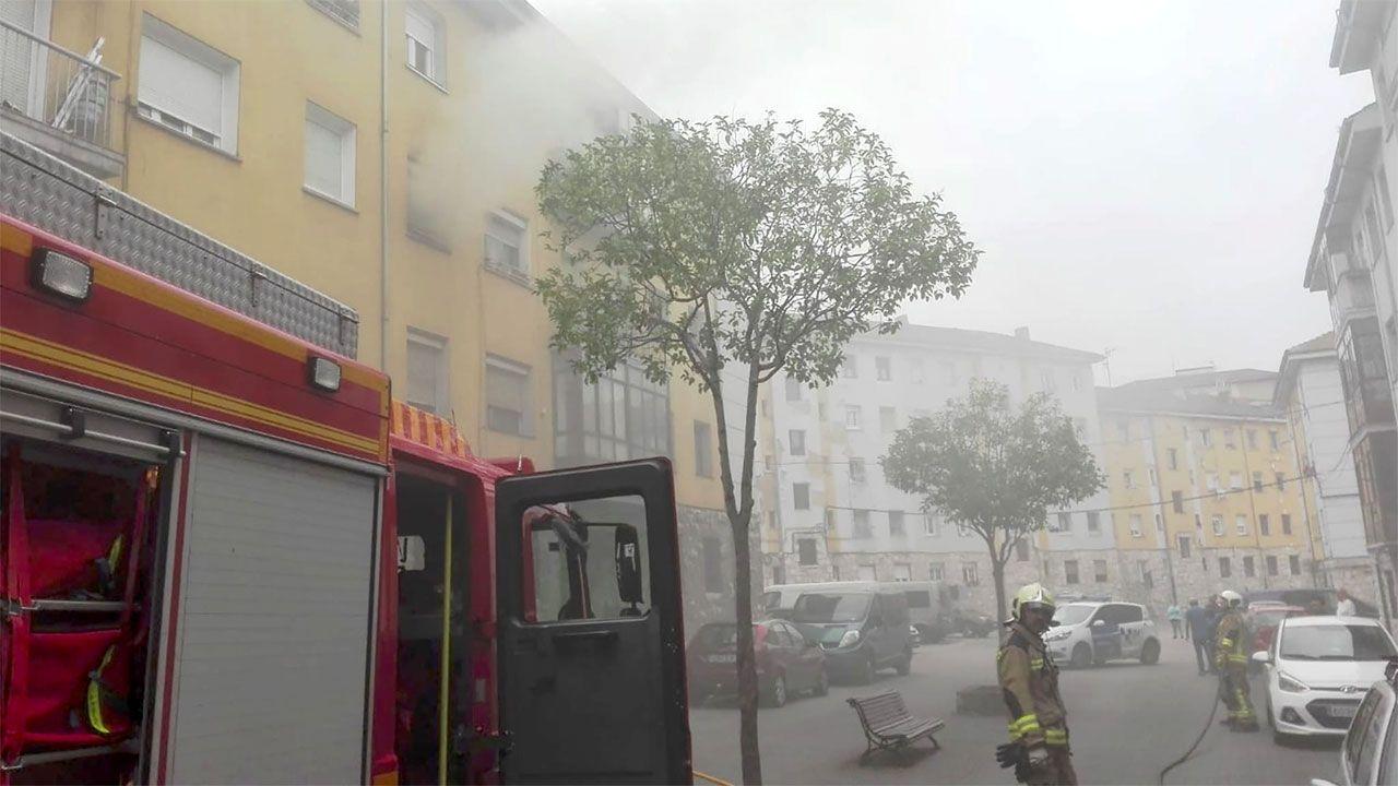 Imagen de uno de los dos incendios registrados este domingo en Oviedo