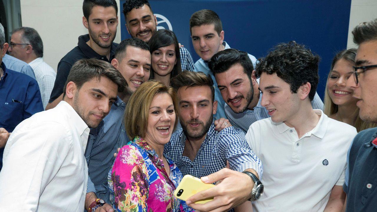 Rajoy disfruta de unos días de descanso enGalicia.De Cospedal y simpatizantes de su candidatura se fotografían durante un acto en Murcia