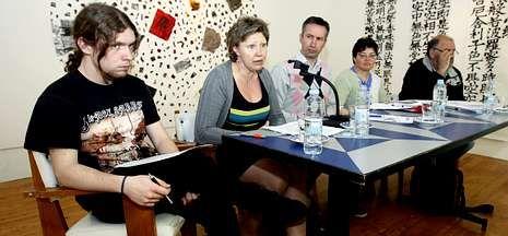 La galería Sargadelos albergó ayer por la tarde una mesa redonda sobre la reforma educativa.