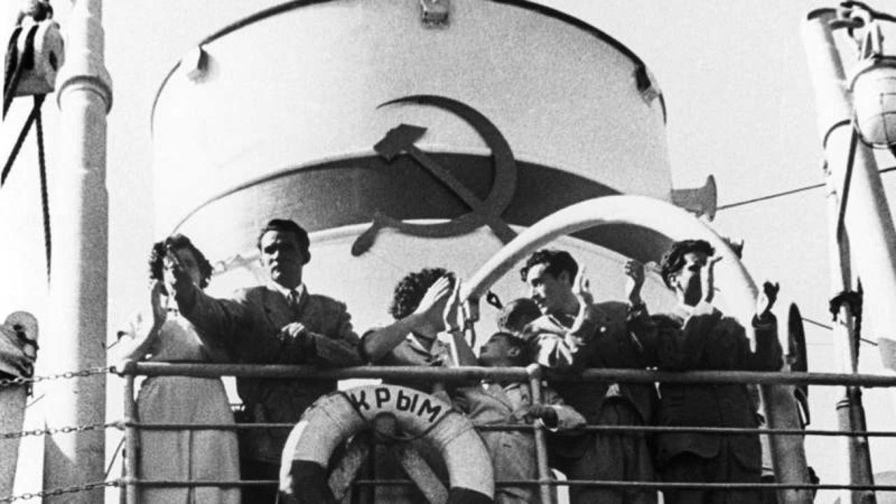 Retornados españoles exiliados en la URSS vuelven al puerto de Castellón en el barco Crimea; entre ellos estaban el asturiano Enrique Aguilar y su familia, en el año 1956