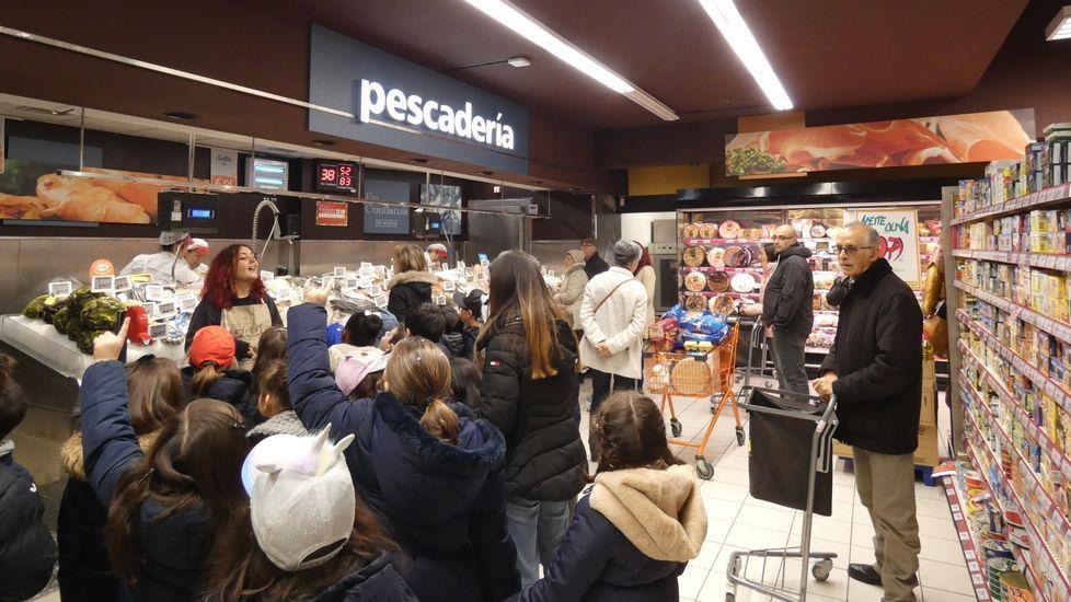La vida en Compostela se agolpa a las puertas de los supermercados