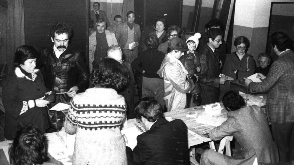El 39 aniversario de la Constitución española.Ciudadanos esperando su turno delante de la mesa electoral para ejercer su derecho al voto con motivo del referendo constitucional de 1978