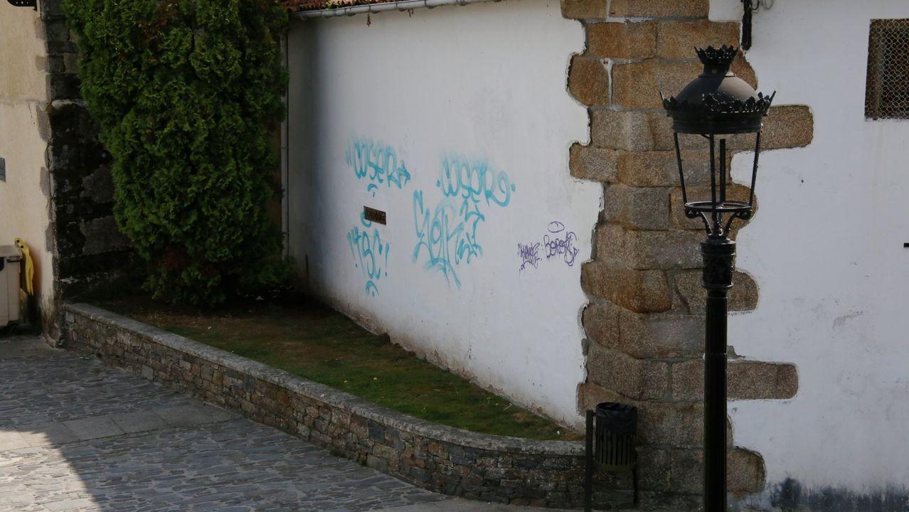 Botellón en Luanco.Agentes de la Policía Local controlan una calle peatonal de Gijón