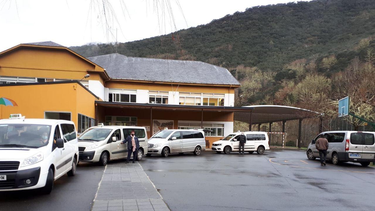 Las fotos de la concentración de O Courel en defensa del transporte escolar.Taxis que cubren el servicio de transporte escolar en el municipio de Folgoso do Courel, junto al colegio Poeta Uxío Novoneyra