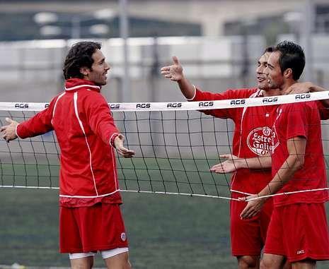 Las altas y las bajas del mercado invernal.Rafa García, con Pavón y el ya ex rojiblanco Tena en una sesión de fútbol tenis.