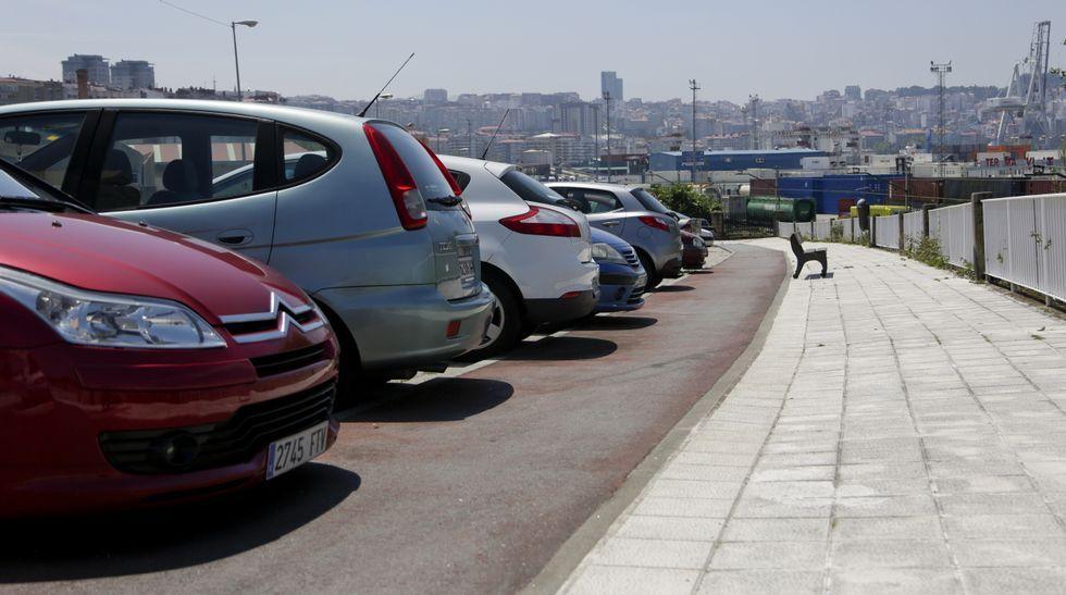 En Teis, los coches y la suciedad del pavimento impiden usar la bici.
