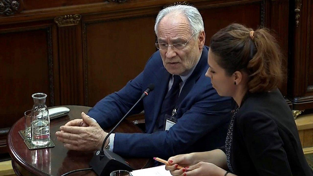 El eurodiputado esloveno Ivo Vajgl, junto a la intérprete, durante su declaración ante el Supremo