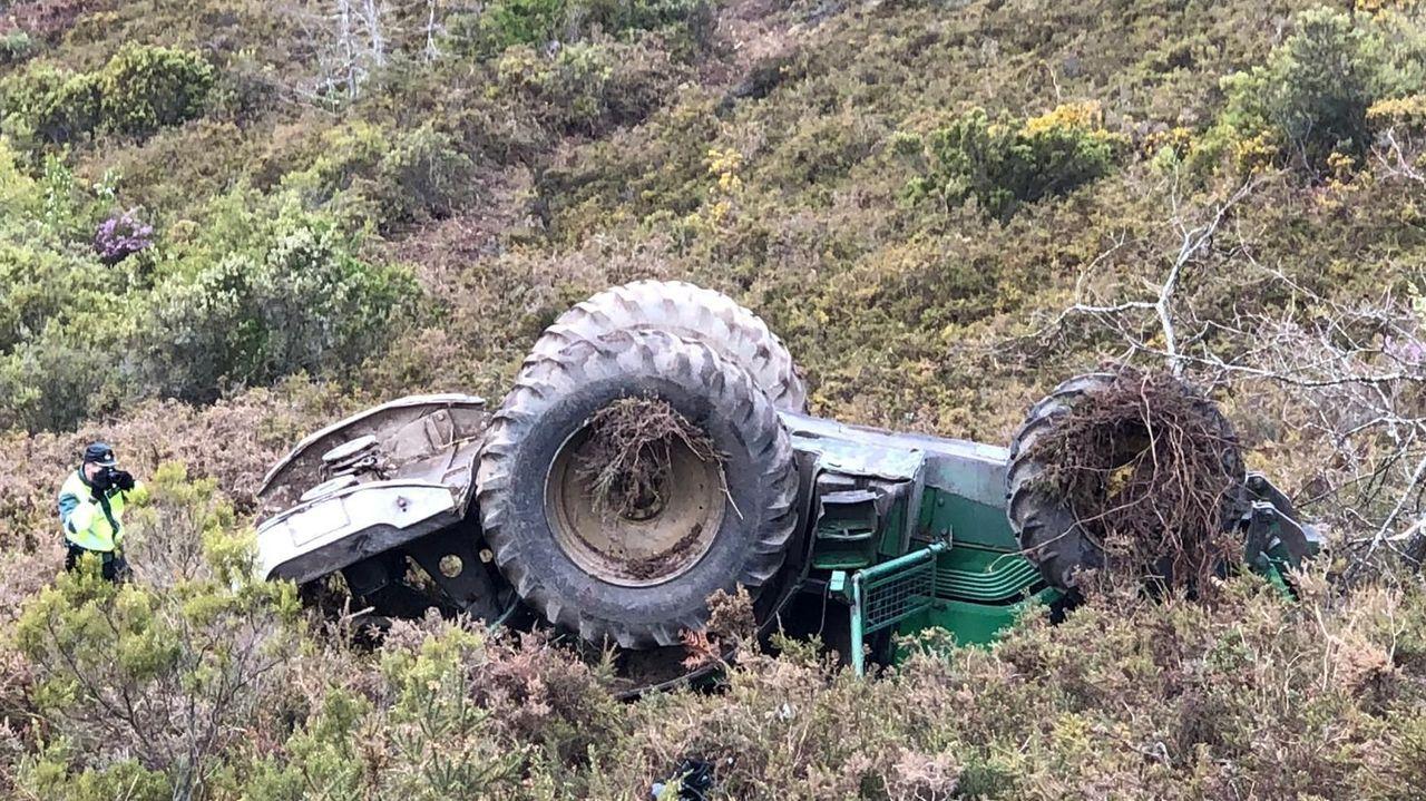 Accidente entre un coche y una moto en A Choupana, Cangas.El vuelco es el tipo de accidente con tractores de consecuencias más graves