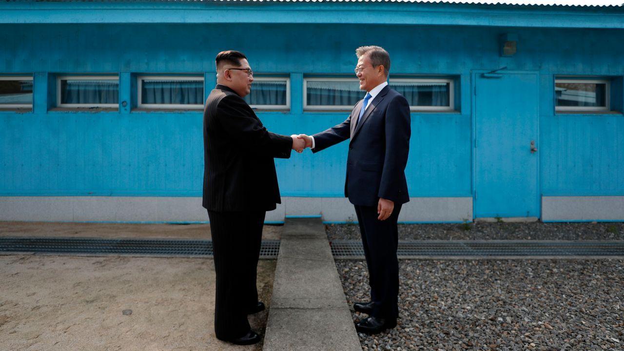 Las impresionantes imágenesdel 70 aniversario de Corea del Norte.Reunión del 27 de abril, entre ell líder norcoreano Kim Jong Un y el presidente surcoreano Moon Jae-in en la línea de demarcación militar que divide a sus países