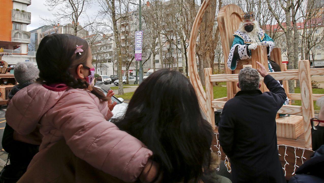 Melchor, por las calles de Pontevedra. El recorrido real prescindió en Pontevedra de las comitivas que habitualmente acompañan a Melchor, Gaspar y Baltasar, que fueron sustituidas por grupos de musica y animación