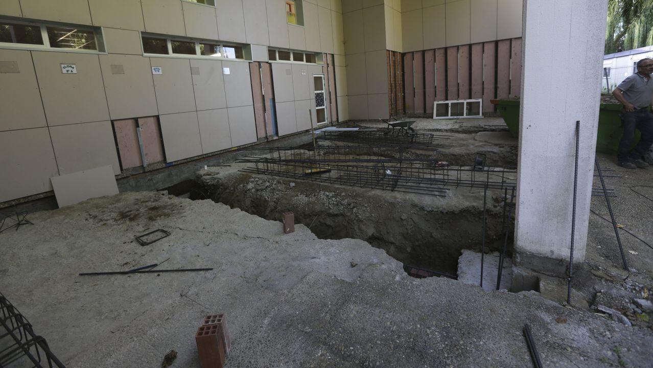 Miembros de la comunidad educativa tuvieron que limpiar las instalaciones del colegio de Carral para poder iniciar el curso.Dependencias municipales para tramitar el servicio de Axuda ao Fogar de Carral