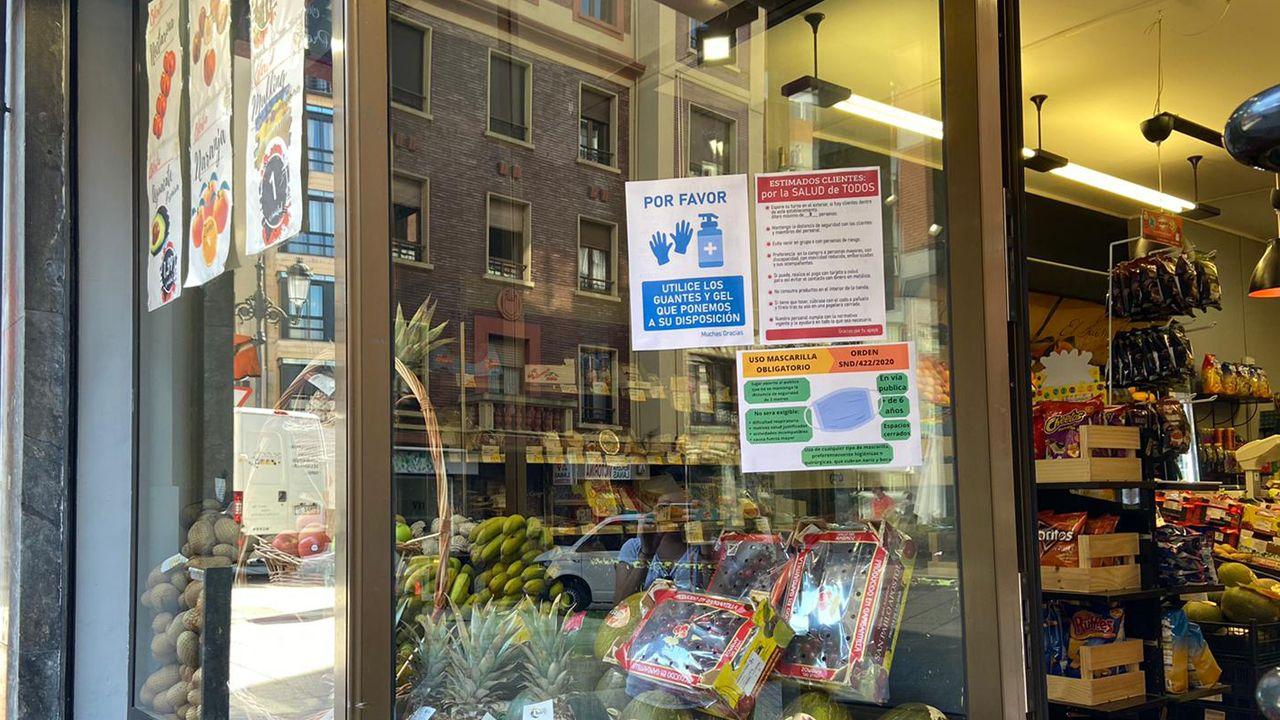 Carteles de información en una tienda de Oviedo