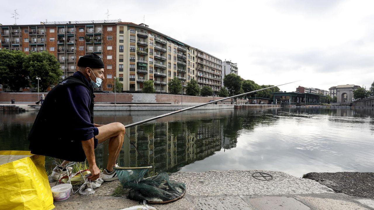Un hombre pesca en Milán tras la relajación de las medidas para frenar el covid-19